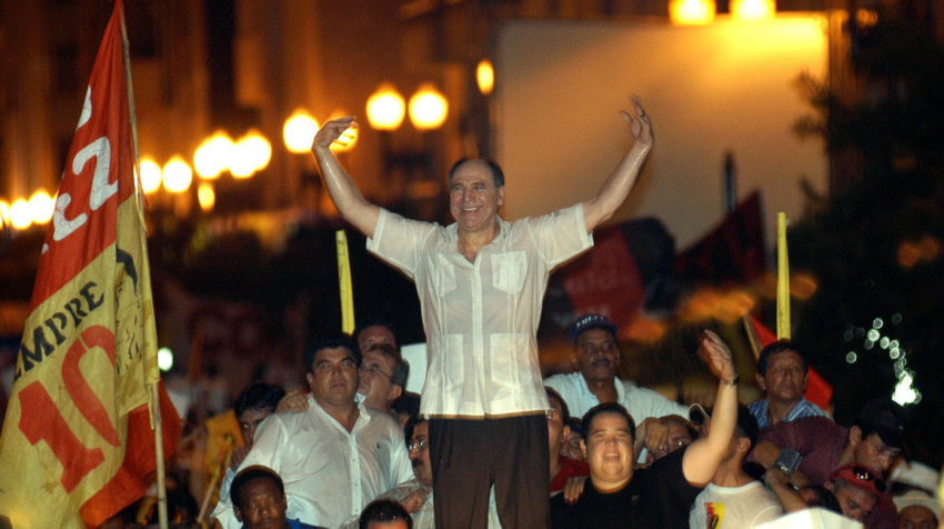El expresidente Abdalá Bucaram junto a miles de simpatizantes el 2 de abril de 2005, en Guayaquil.