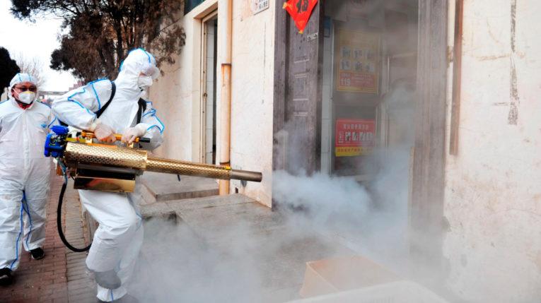 Voluntarios pulverizan los bodegas de medicamentos en China, el 28 de enero de 2020, para evitar la propagación del coronavirus.