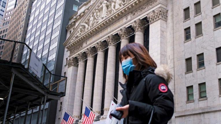 Una persona en Estados Unidos camina con protección frente al virus.