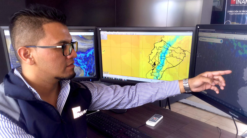 Vladimir Arreaga, analista de pronóstico de Inamhi, monitorea constantemente el tiempo en el país.