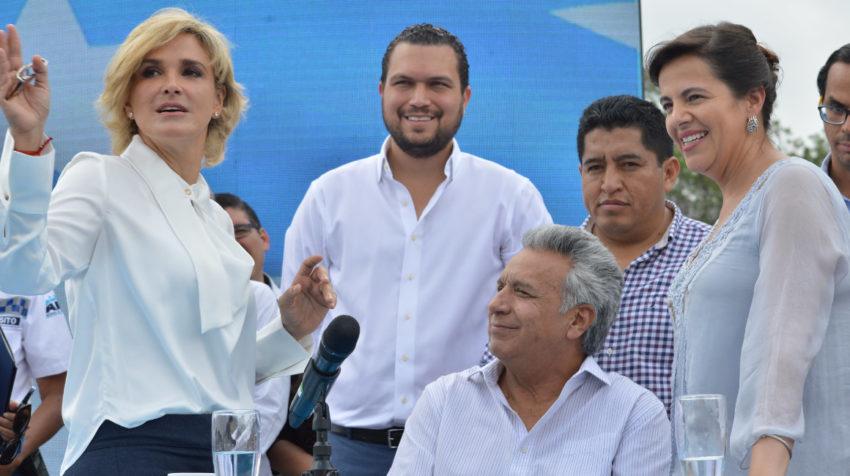 La alcaldesa Cynthia Viteri, el presidente Lenín Moreno y la minitra de Gobierno, María Paula Romo, en Guayaquil, el 26 de noviembre de 2019, durante la firma de un acuerdo de seguridad entre el Municipio y el Gobierno.
