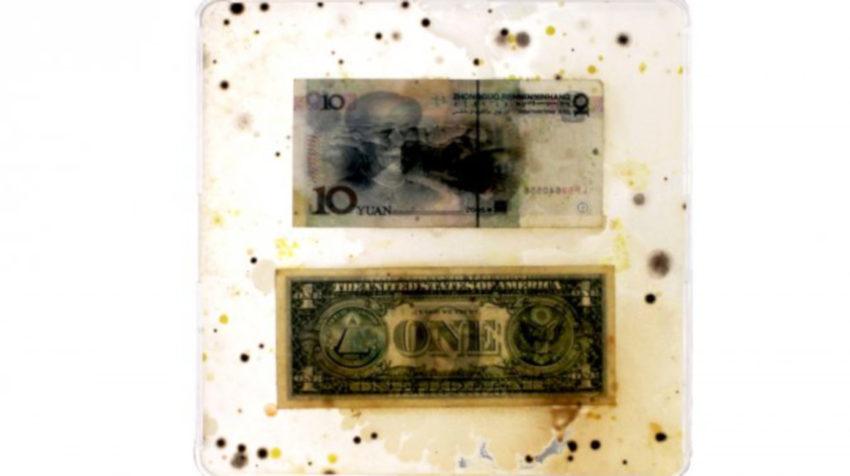Billete de 10 yuanes y un dólar.