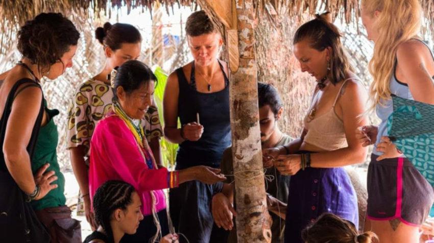Mama María Antonia enseña el oficio de la partería a turistas.