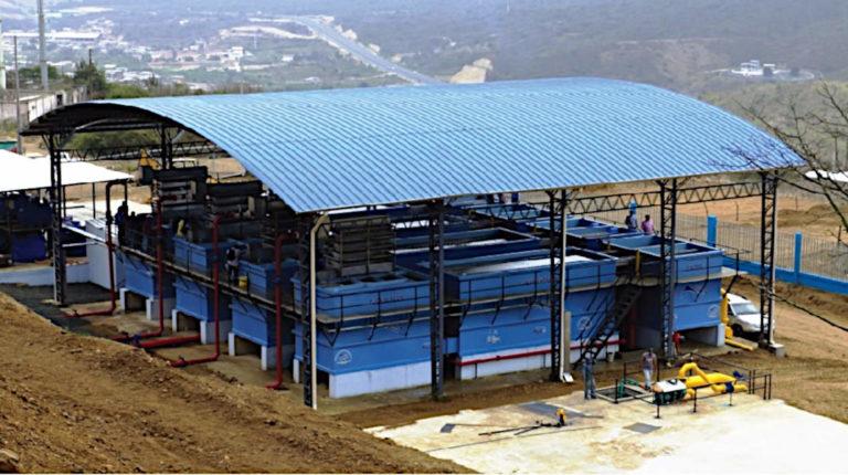 La planta Centinela, construida por el GAD de Montecristi, procesa el agua cruda que recibe del acueducto La Esperanza en la Refinería del Pacífico.