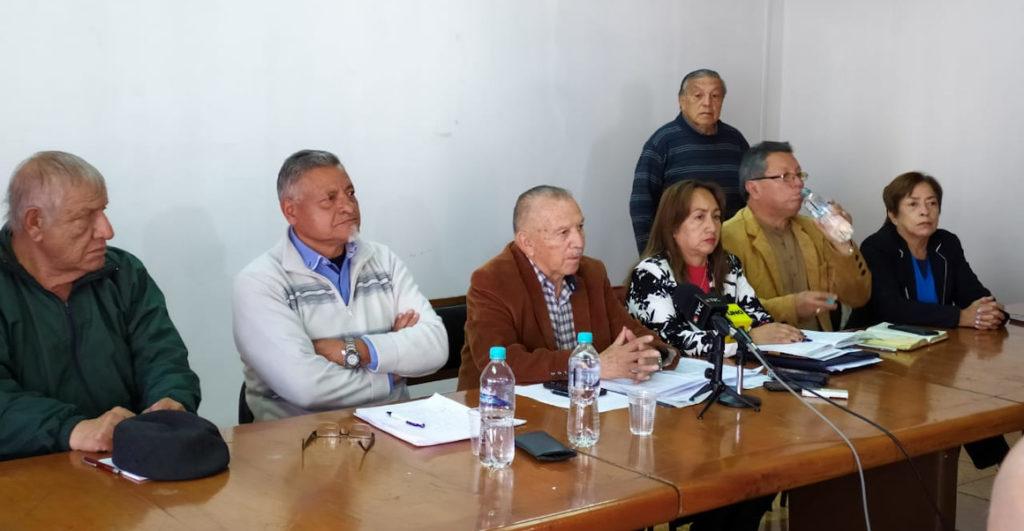 Maestros jubilados amenazan con huelga de hambre