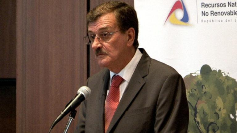 Wilson Pástor durante la firma del acuerdo para el transporte de crudo ecuatoriano con la empresa Petroperú, en 2012.