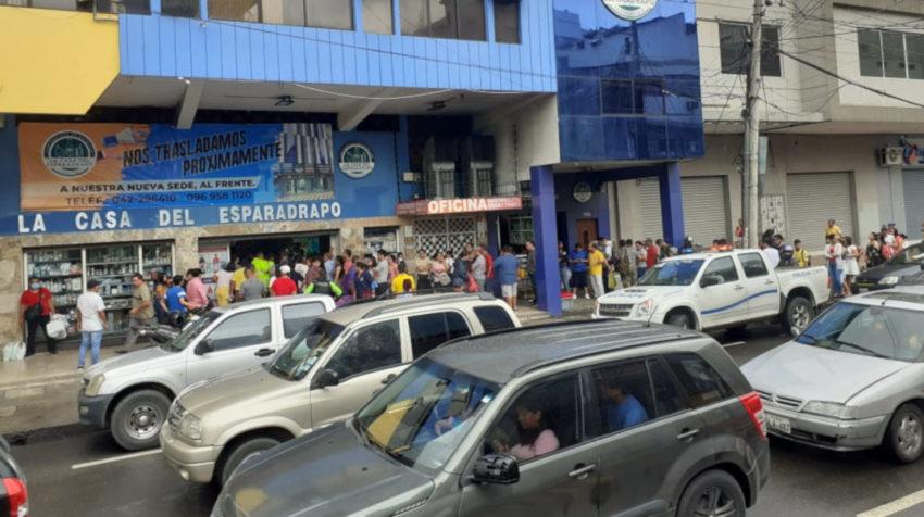 Ciudadanos se concentran en farmacias de Guayaquil para comprar mascarillas. Esto, luego del anuncio del primer caso de coronavirus en Ecuador este 29 de febrero de 2020.