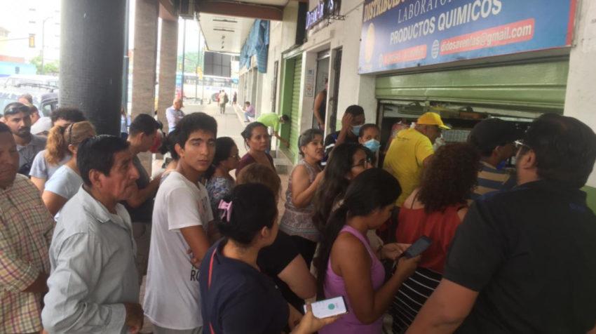 Ciudadanos se concentran en farmacias de Guayaquil para comprar mascarillas.