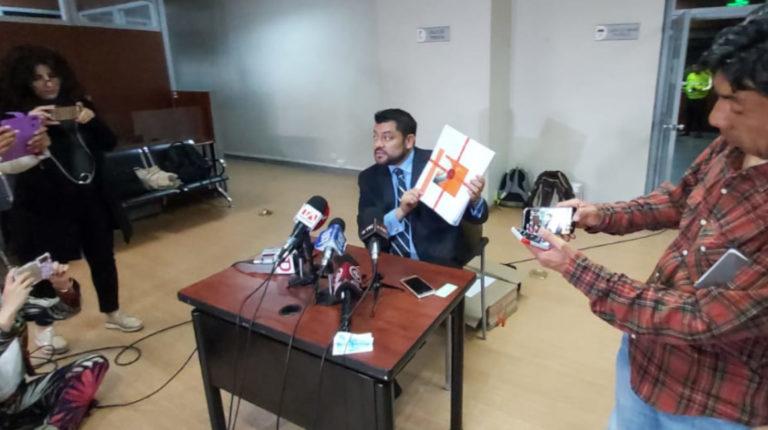 Fausto Jarrín, abogado de Rafael Correa, muestra la pericia realizada al supuesto archivo original del caso Sobornos.