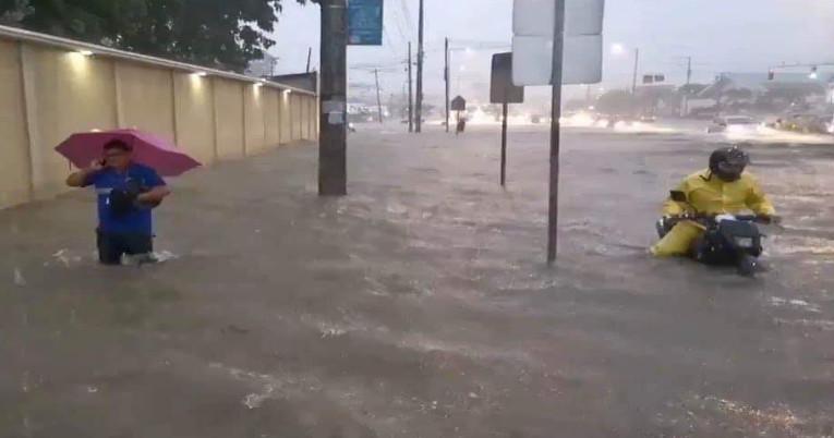 La avenida Juan Tanca Marengo fue una de las arterias afectadas por la tormenta eléctrica en el puerto principal, el 28 de febrero.