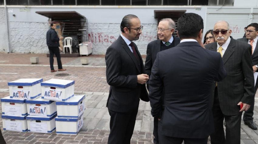 El Comité por la Institucionalización Democrática entregó en la Asamblea ocho cajas con firmas por la eliminación del CPCCS, este 27 de febrero de 2020.