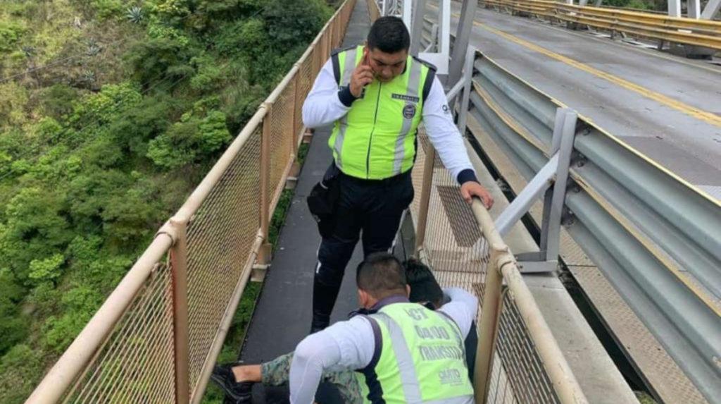 Agentes de tránsito evitan un suicidio en el puente del río Chiche