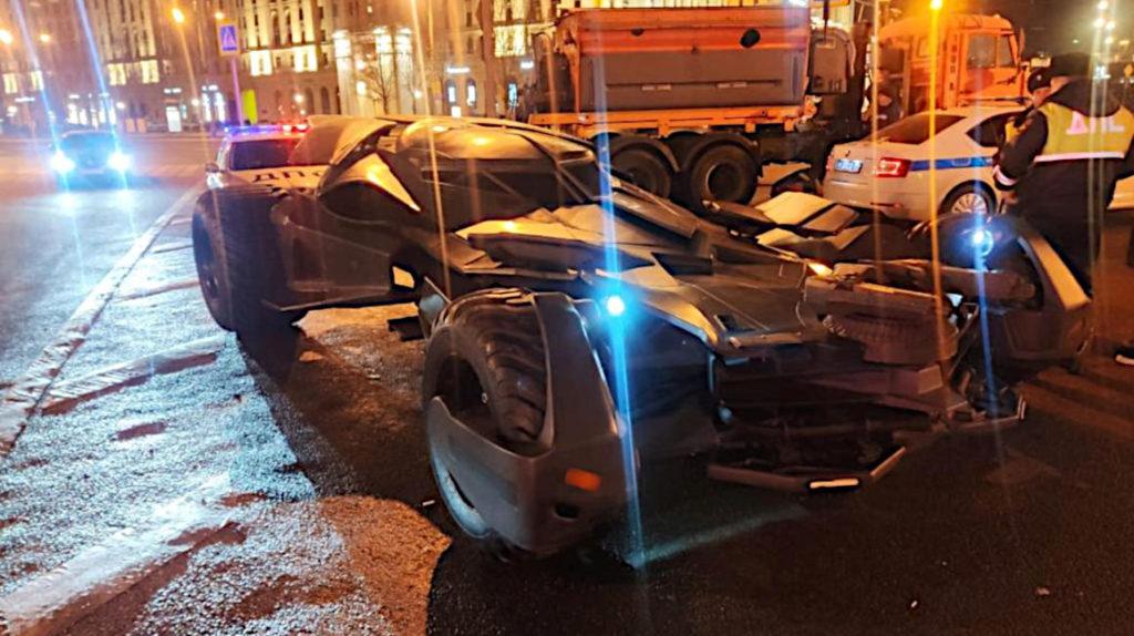 Detienen a Batman en Rusia por conducir su Batimóvil sin permiso