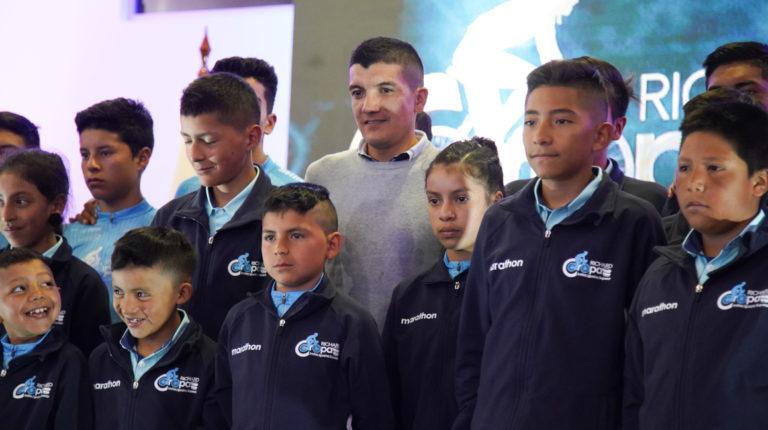 Richard Carapaz junto a los integrantes del Club de Alto Rendimiento.
