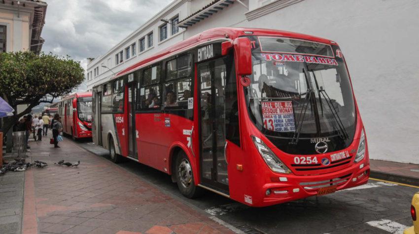 Varios buses de transporte urbano recogen pasajeros en la calle Presidente Córdova, en Cuenca.