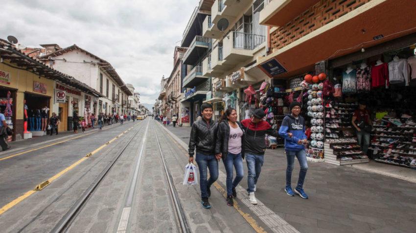 Los comercios de calles como la Mariscal Lamar, han sido afectados por casi siete años de obras del tranvía de Cuenca.
