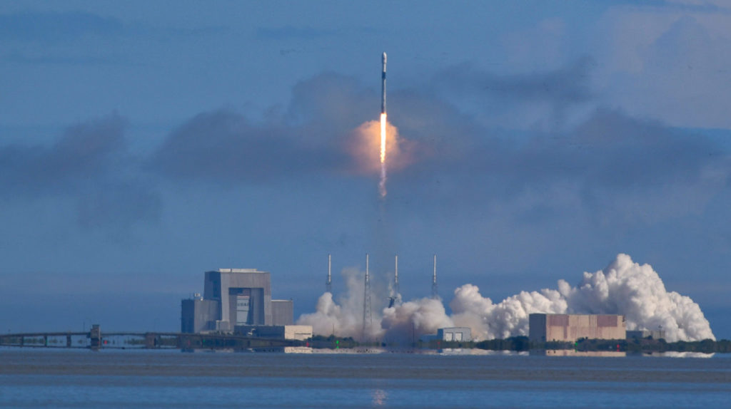 SpaceX pone en órbita otros 60 satélites para crear red de internet espacial