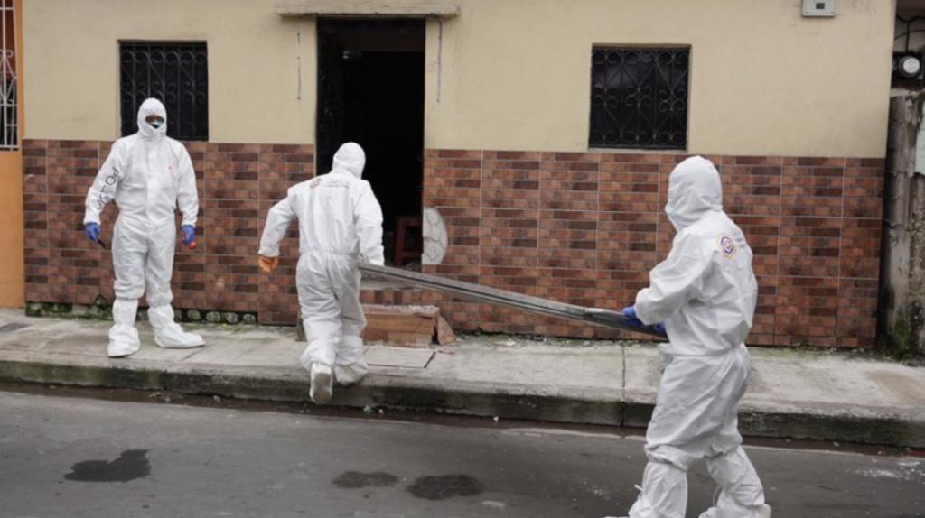 Cuatro vehículos de Criminalística trasladan cadáveres en Guayaquil