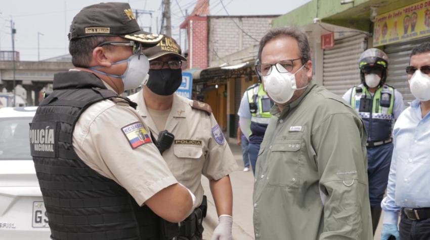 Andrés Roche, gerente de la ATM, durante un operativo en la avenida Casuarinas, en el norte de Guayaquil.