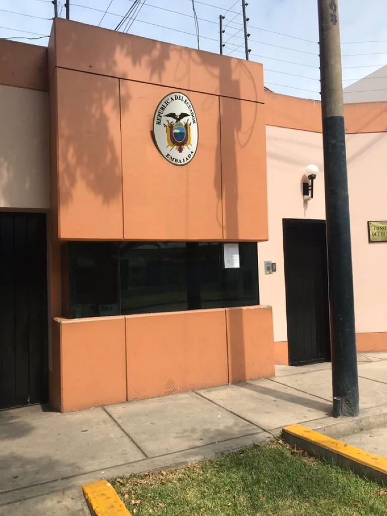 En la parte derecha de la venta de la Embajada en Perú también se observa un aviso.