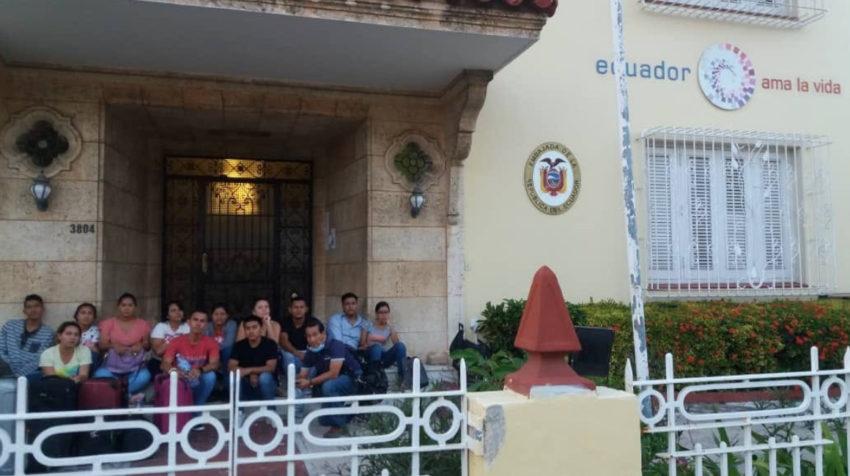 Grupo de 15 estudiantes ecuatorianos que viajaron a Cuba a hacer una pasantía y quedaron varados, esperando afuera de la Embajada cerrada en La Habana, el 24 de marzo.