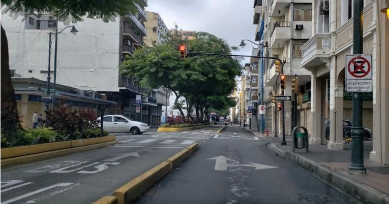 En el centro de Guayaquil se evidencia poco tránsito y locales cerrados.