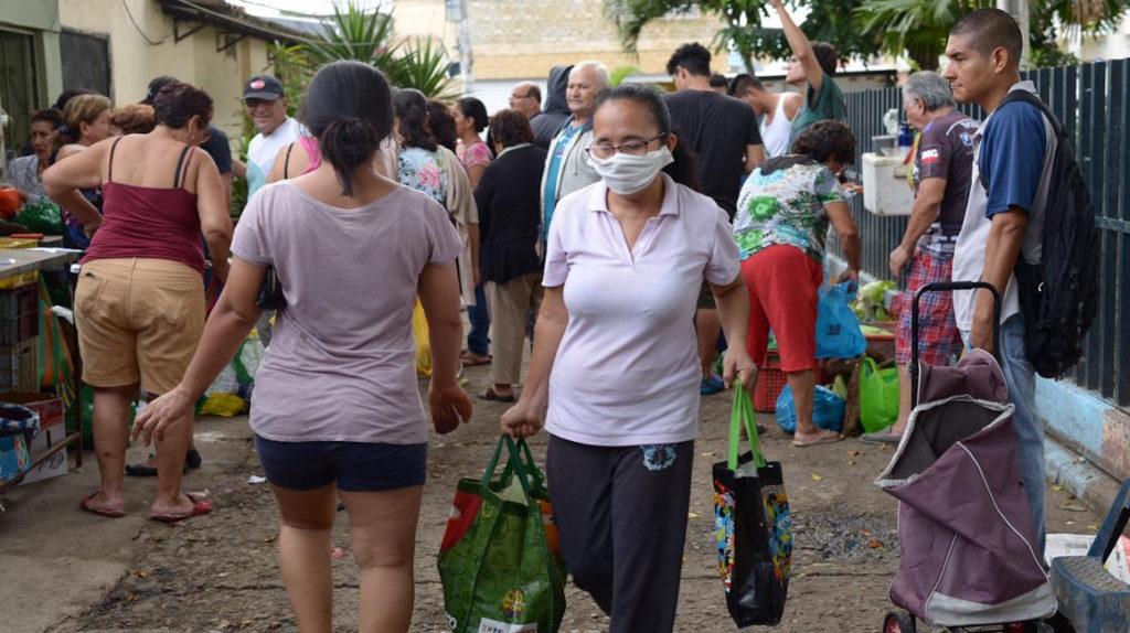 Coronavirus: calles desiertas en el centro de Guayaquil y mercados populares llenos