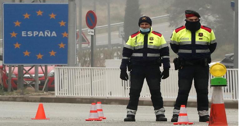 Guardias españoles resguardan la frontera con Francia, este 17 de marzo.