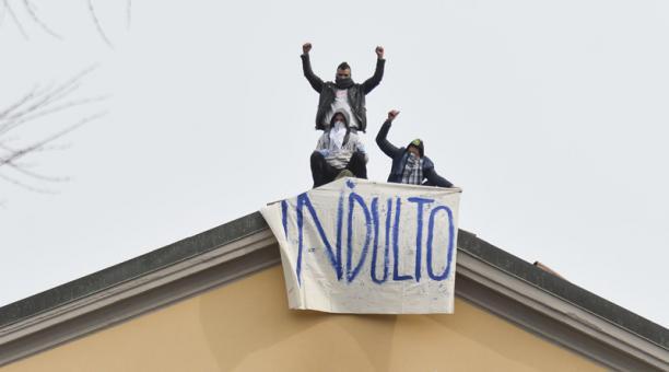 Tres detenidos exhibieron una pancarta pidiendo que sean indultados para abandonar la cárcel en medio de la crisis por el coronavirus, en Italia.