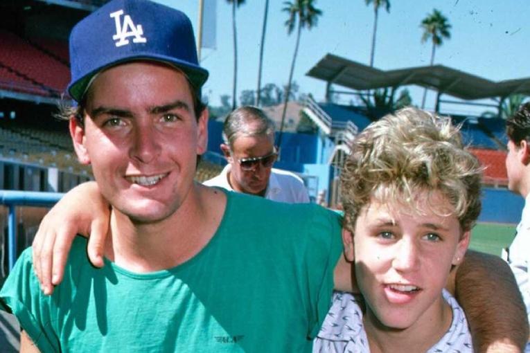 Charlie Sheen y Corey Haim, en los años 80.