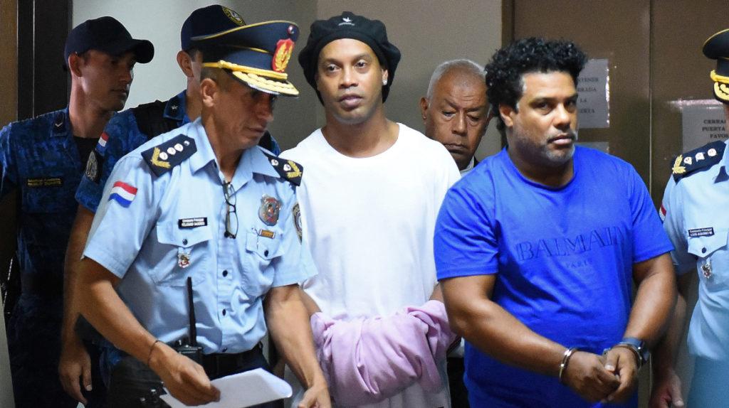 Ronaldinho cumple un mes en cárcel, en medio de la emergencia sanitaria
