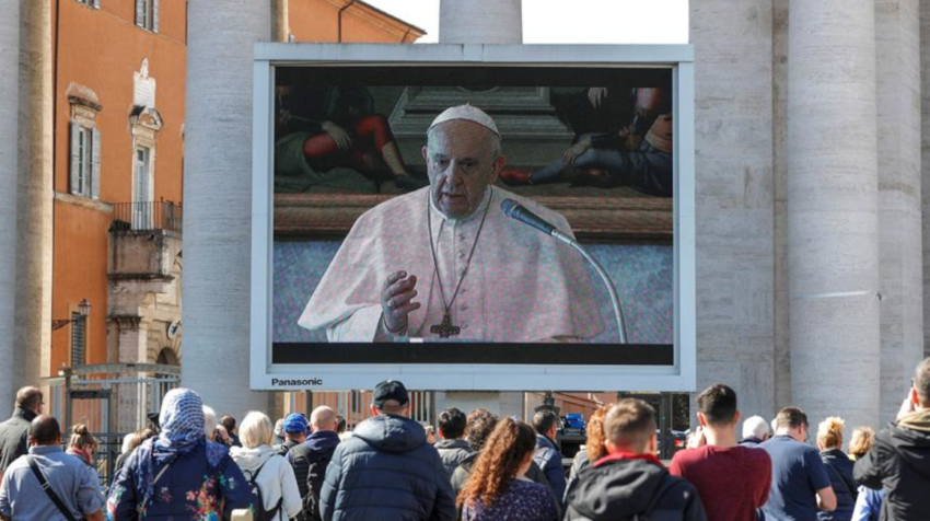 El papa Francisco ofreció la misa del Angelus mediante pantallas gigantes instaladas en la plaza de San Pedro.