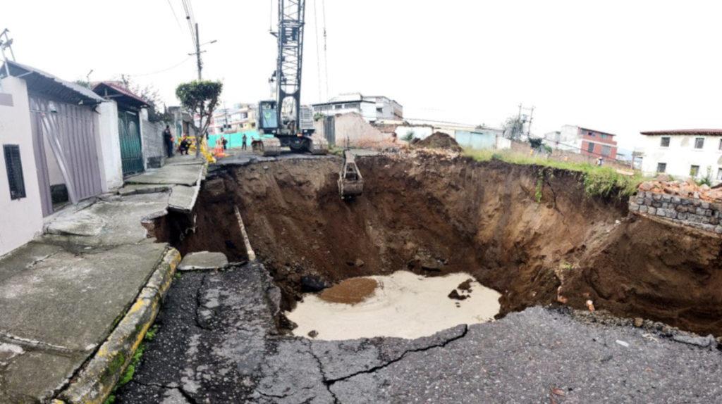 Tras la lluvia, una calle del norte de Quito se hunde