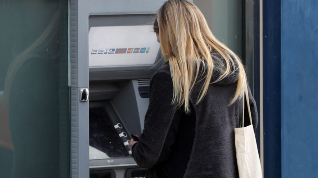 Menos de la mitad de las mujeres es titular de una cuenta bancaria