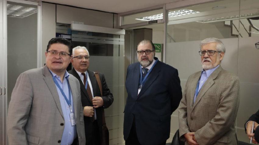 César Ricaurte, Francisco Rocha, Gonzalo Ruiz y Boris Cornejo, de la comisión ciudadana, antes de su reunión con el consejero José Cabrera, el 5 de marzo de 2020.