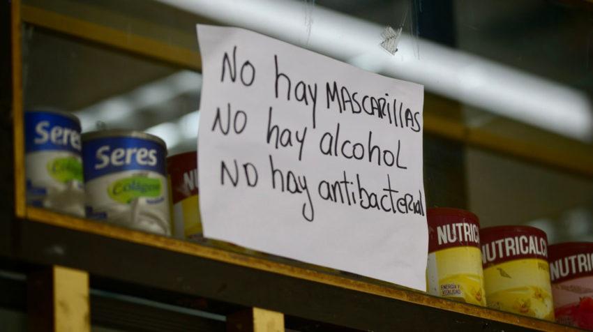 Anuncio colocado en una farmacia de Guayaquil sobre la terminación de insumos, como mascarillas y gel antibacterial el 2 de marzo de 2020.