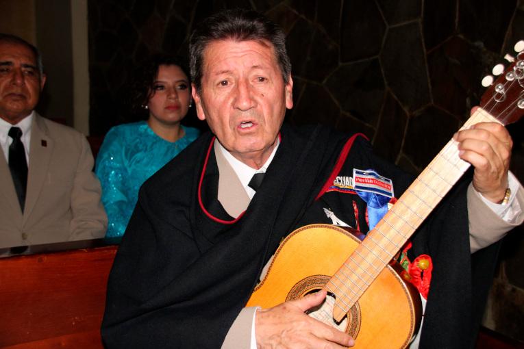 El director musical de la Rondalla Ambateña, Horacio Villafuerte, interpreta la canción 'Altivo Ambateño'.