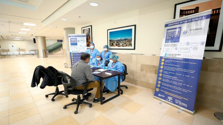 Autoridades ecuatorianas reforzaron los controles de prevención en puertos y aeropuertos ante la aparición del coronavirus.
