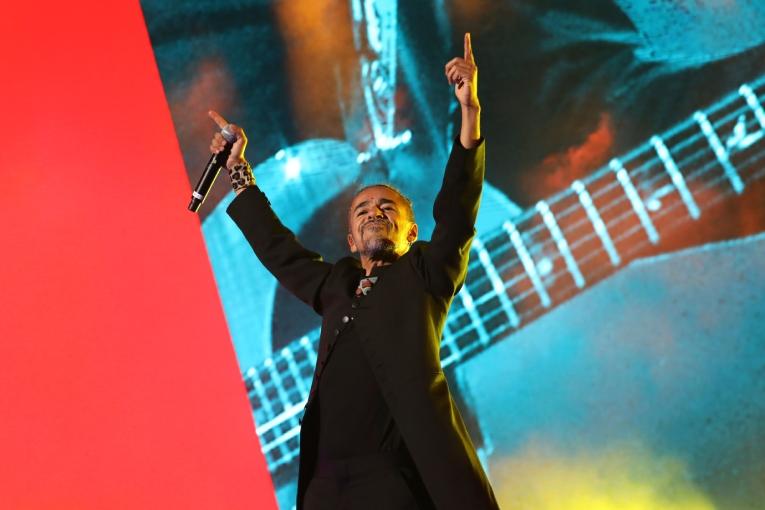 El cantante mexicano Rubén Albarrán durante su presentación de este sábado 29 de febrero, junto a la banda argentina Soda Stereo, en el estadio el Campín de Bogotá.