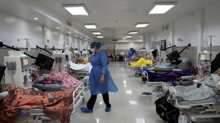 Pacientes reciben un tratamiento de diálisis, en medio de la crisis por el Covid-19, en Guayaquil, el 18 de abril de 2020.