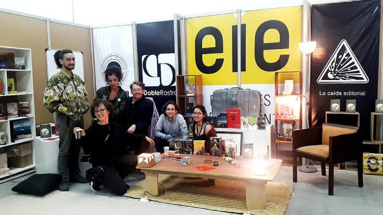 Germán Gacio Baquiola (centro) junto a colaboradores, en el stand de la Asociación de Editores Independientes de Ecuador, en la pasada edición de la FIL de Quito.