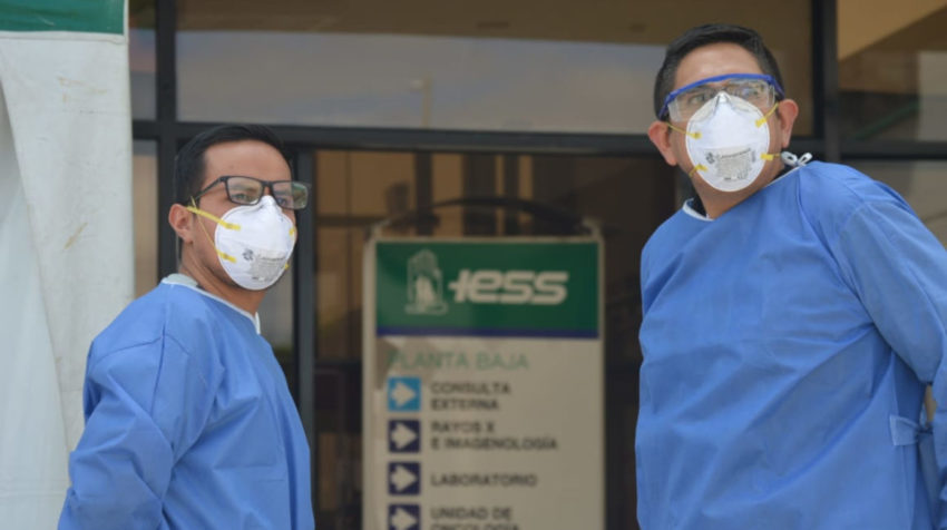 Imagen tomada en el Hospital de Especialidades José Carrasco Arteaga, del Instituto Ecuatoriano de Seguridad Social (IESS) en Cuenca, el 16 de abril de 2020.