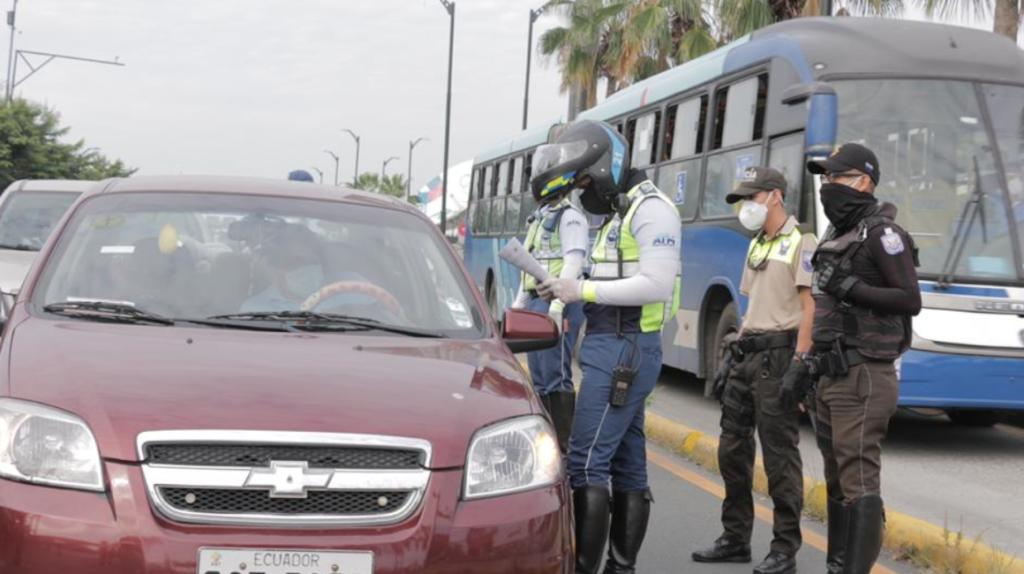 Aumenta el flujo de vehículos en Guayaquil, pese a restricciones
