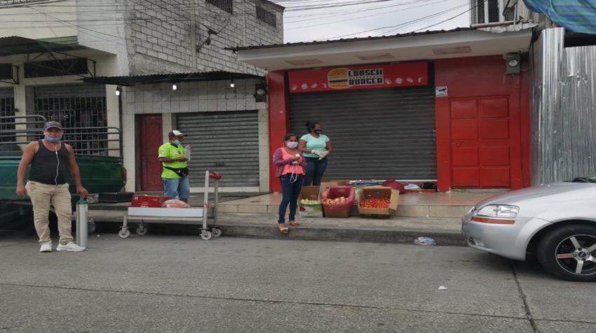 Vendedores informales se ubican en una de las aceras de Mapasingue, al norte de Guayaquil, el 10 abril de 2020.