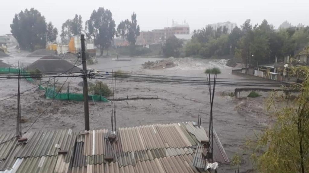 El sur de Quito se inunda por desborde de quebrada
