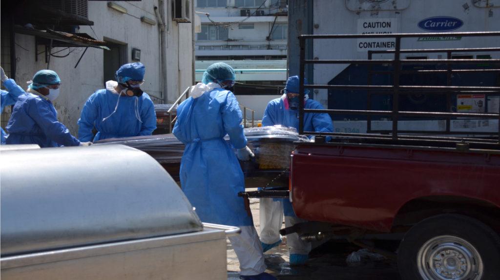 El drama por encontrar y enterrar a los fallecidos continúa en Guayaquil