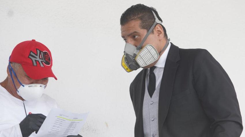 El abogado del exvicepresidente Jorge Glas, Harrison Salcedo, antes de ingresar a la CNJ.