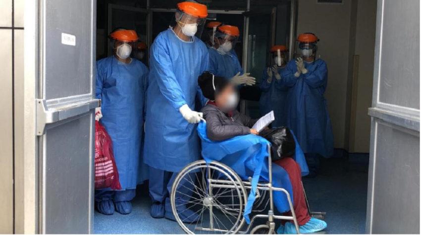 Momentos en que una paciente con Covid-19 sale del hospital en Loja, este 1 de abril.
