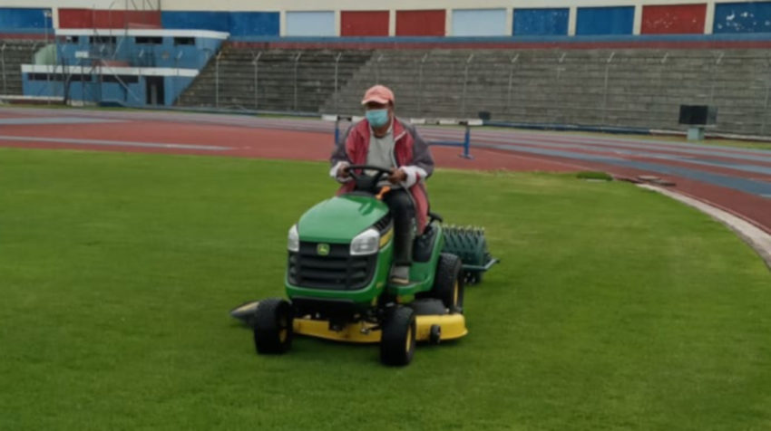 El estadio Olímpico de Riobamba fue uno de los escenarios que más aprovechó la paralización. Descompactó el césped con lo que tuvo mejor rebrote, además de cambiar el sistema de riego y limpiar los desagües del campo de juego.