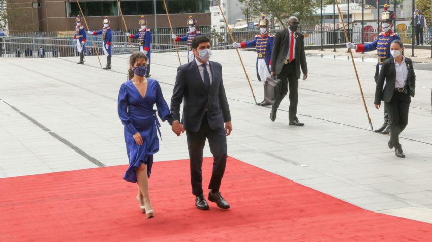 El vicepresidente, Otto Sonnenholzner, junto a su esposa, Claudia Salem, a su llegada a la Asamblea, el 24 de mayo de 2020